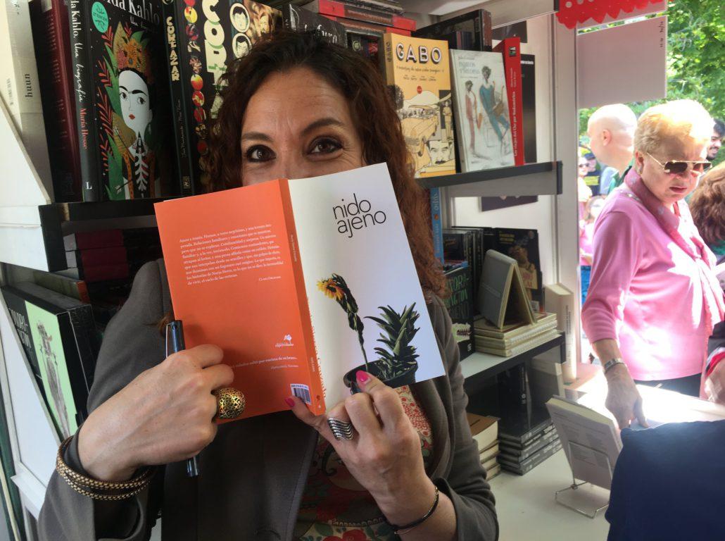 """Dedicando """"Nido ajeno"""" en la Feria del Libro de Madrid"""