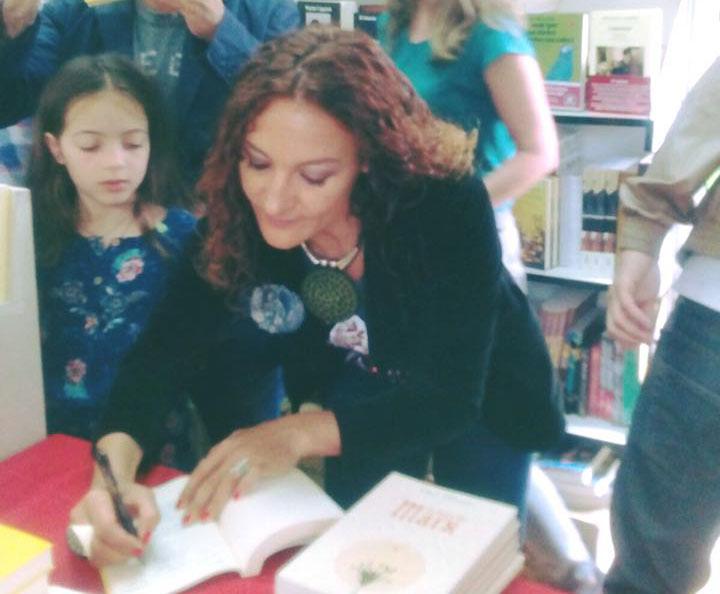 Nuria Sierra Biografía firma de libros en librería