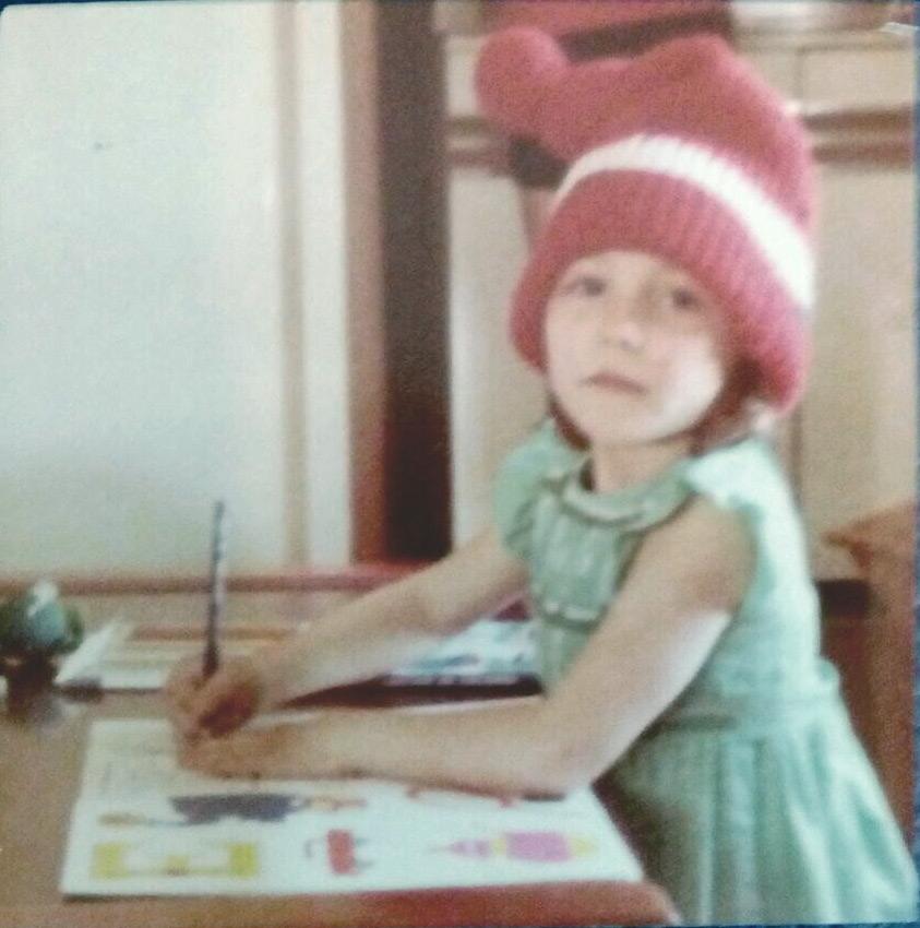 Con 4 años y el gorro de pintar